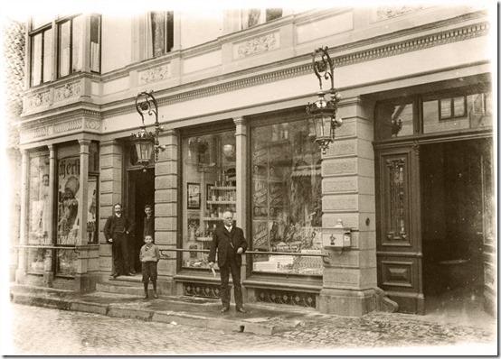 GEHWOL-Vordenker Eduard Gerlach der Ältere vor seinem Geschäft in Lübbecke